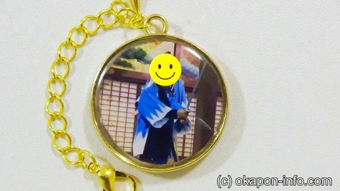 レジンに写真を入れる息子写真